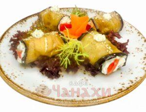Рулетики из баклажанов с помидором и сыром
